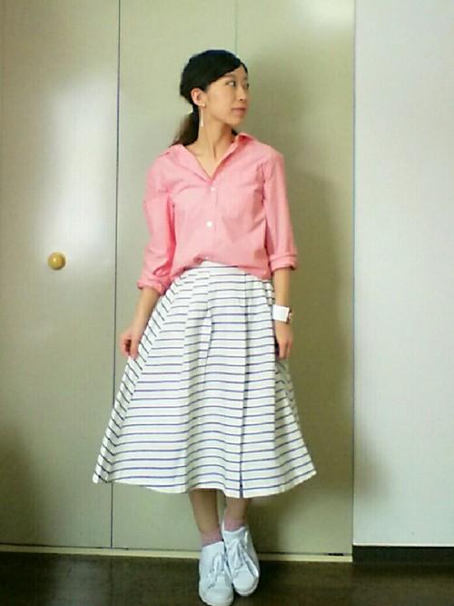 思い切って着てみたいピンクのシャツと合わせて♡ボーダーのスカートがトレンドのレトロっぽい印象で、可愛らしく。