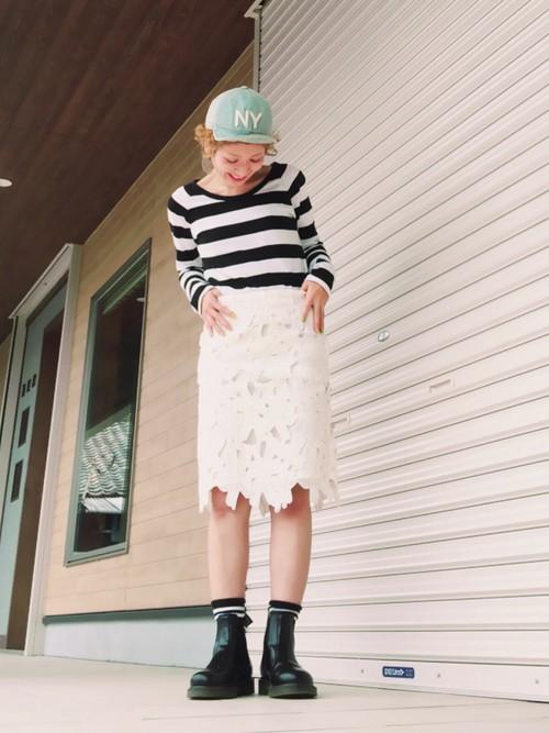大きめの花柄レーススカートでフェミニンに。裾の部分まで花柄に切り取られたスカートが個性的でGOOD♡