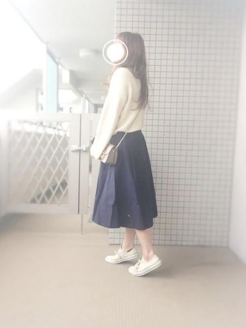 裾広がりのふんわりスカートは、春風になびかせて素敵に着こなそう♪白のトップスは、スカートにINして、キレイめコーデ。