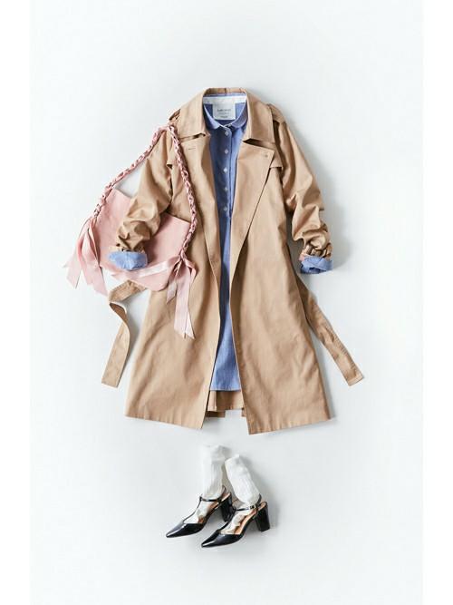 ブルーのシャツワンピースはトレンチコートでこなれ感のあるコーデに。春らしいパステルカラーのショルダーバッグ、靴下とパンプスの足元レイヤードコーデも春ファッションを後押ししてくれます。