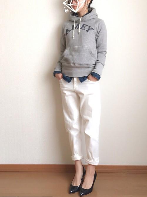 ホワイト系パンツは、爽やかで春を感じるカジュアルコーデにぴったり♪足首が見えるぐらい裾をまくるのが細く見える秘訣です。