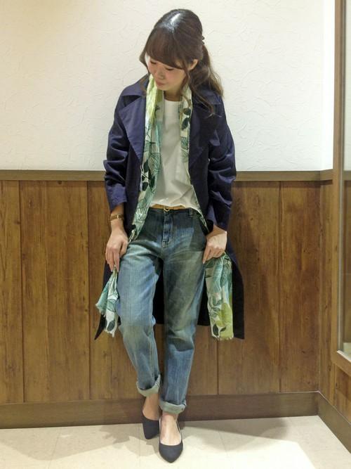 カジュアルなパンツスタイルに濃青のトレンチコートを羽織ってコーデを引き締めた大人カジュアルコーデです。ボタニカル柄のストールをプラスすると、コーデに爽やかさを演出できますね。