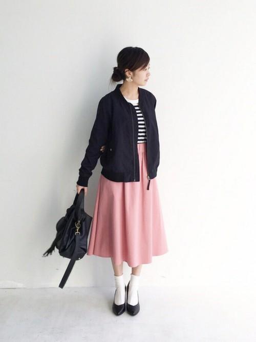 大人のピンクカラーのスカートとMA-1を使ったカジュアルコーデ。ボーダーカットソーや靴下×靴の足元レイヤードも春らしく。くすみピンクなら大人の女性も合わせやすく。
