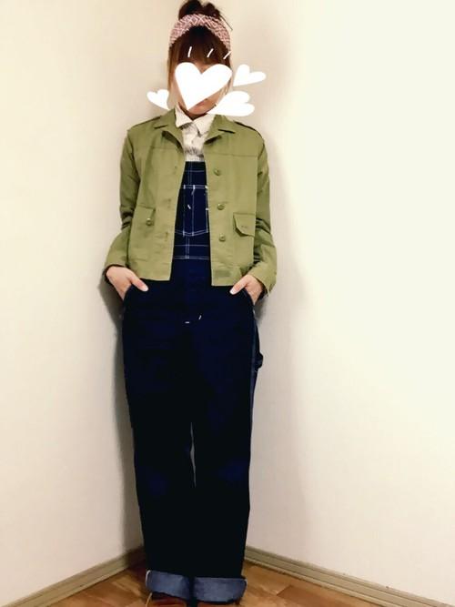 濃紺の太めのオーバーオールにカーキのシャツジャケットが相性抜群でカッコイイアメカジコーデ!