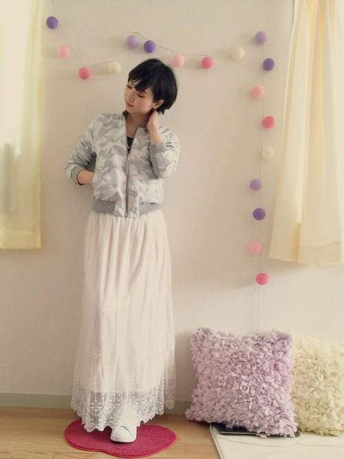 フェミニンなレーススカートに合わせて、甘辛MIXコーデ。柄入りでも柔らかな色合いのブルゾンだとコーデしやすいですね!