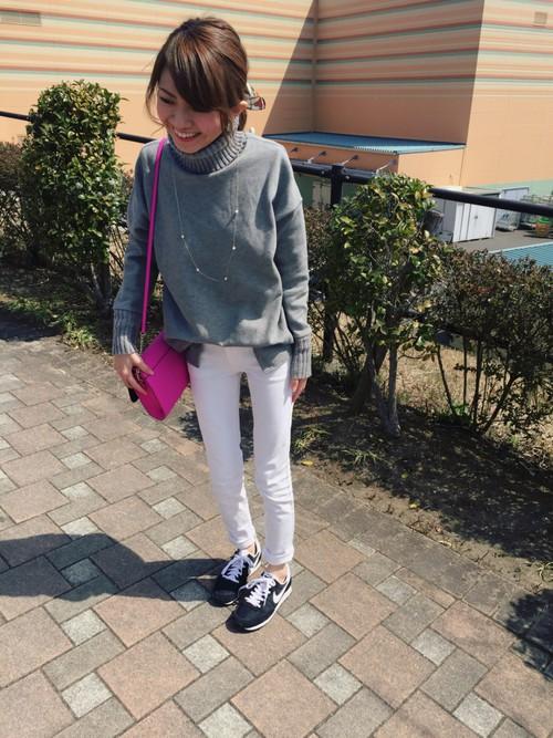 グレー×ホワイトでこなれ感のあるコーデに。バッグに取り入れたビビッドピンクがほどよいさし色になり、女っぽさもUPしてくれます!