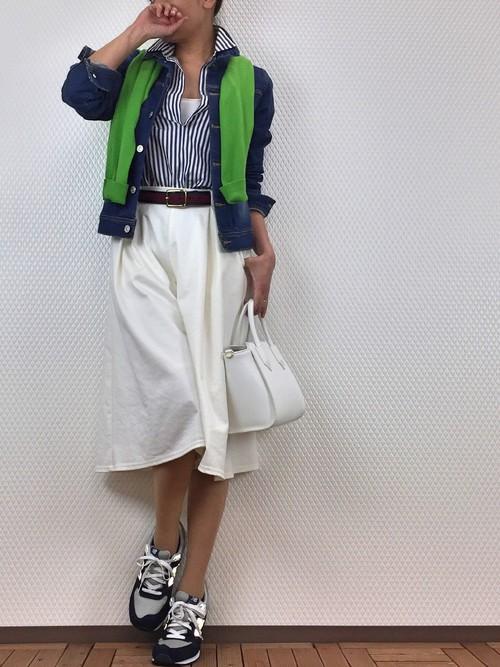 Gジャンにカーデをかけたオシャレ上級者コーデ。パンプスでなくスニーカーを合わせたことで抜け感を演出。バッグとホワイトで色合わせをして春らしく。