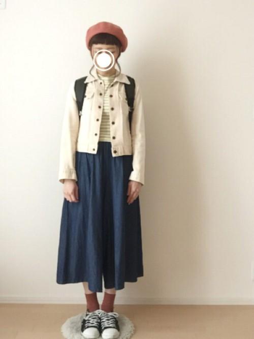 帽子と靴下が、かわいいアクセント。リラックスできる洋服で、首元も楽ですがシンプルすぎない色合いです。