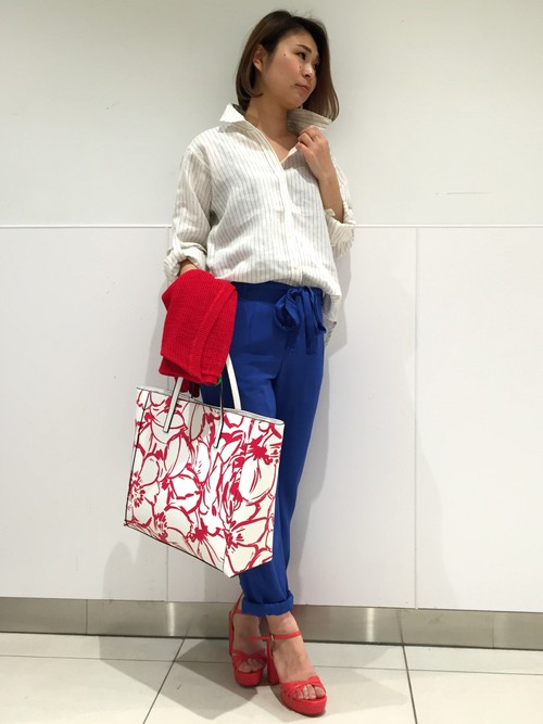 きれいなブルーパンツでコーデを引き立てて。バッグとヒールサンダルで上品大人かわいい印象に。