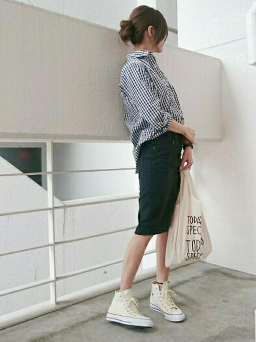 無印良品のギンガムチェックのシャツはさらっとした着心地が気持ちいいと評判です。デニムスカートに前だけインしたシンプルコーデ。