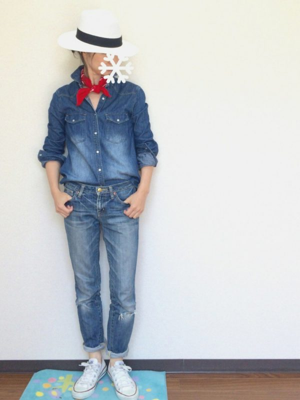 デニムのシャツとジーンズがボーイッシュなコーディネートですね。ホワイトのハットもかっこよさを引き立てています。