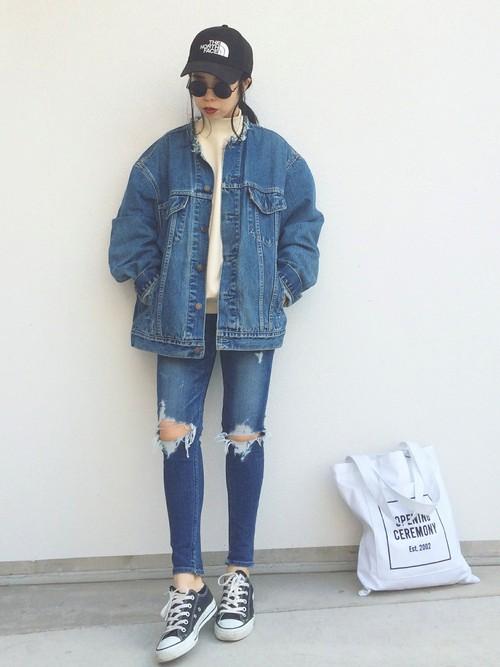 メンズライクなシルエットのデニムジャケットが華奢に見せてくれますね。ダメージデニムと合わせて70年代を思わせるレトロスタイルに。