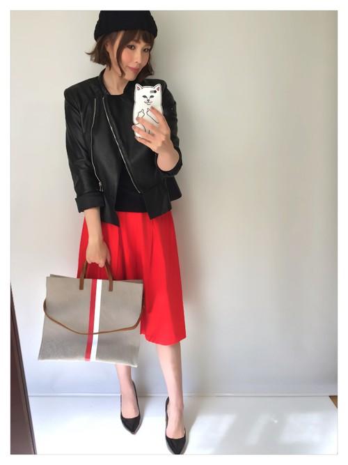 ビビットな赤のスカートがとっても鮮やか!グレーのバッグが、派手めなコーデによく合いますね。