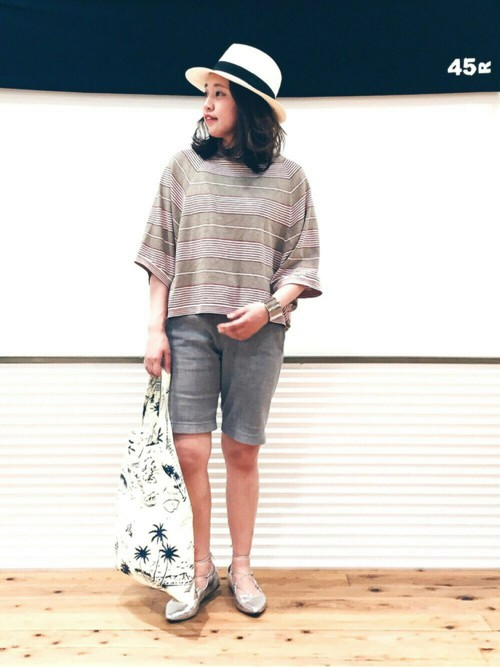 ゆるっとしたシルエットのポンチョTシャツと膝上丈のパンツがかわいいですね。フラットポインテッドと太バングルをシルバーで揃えたこなれコーデ。