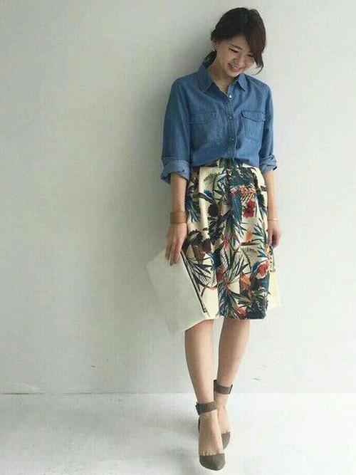 春の定番アイテムのデニムシャツにふんわりとしたシルエットのボタニカル柄のスカートをあわせると、きれいめカジュアルコーデとなります。ポインテッドトゥサンダルで女性らしさもプラスできますね。