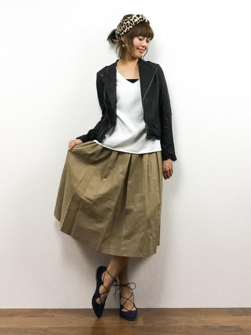 レザーのライダースも、コットンリネンのボックススカートを合わせるとグッ爽やかな印象に。
