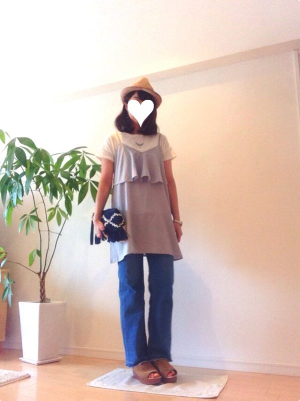 2段フリルがフェミニンなキャミソールですね。フレイドヘムのジーンズと合わせてラフ感を漂わせて。