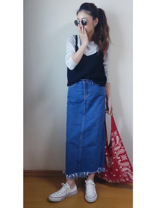 ビスチェをグレーのトップスに合わせてメリハリをつけました。ロングスカートが足の長さを強調しています。