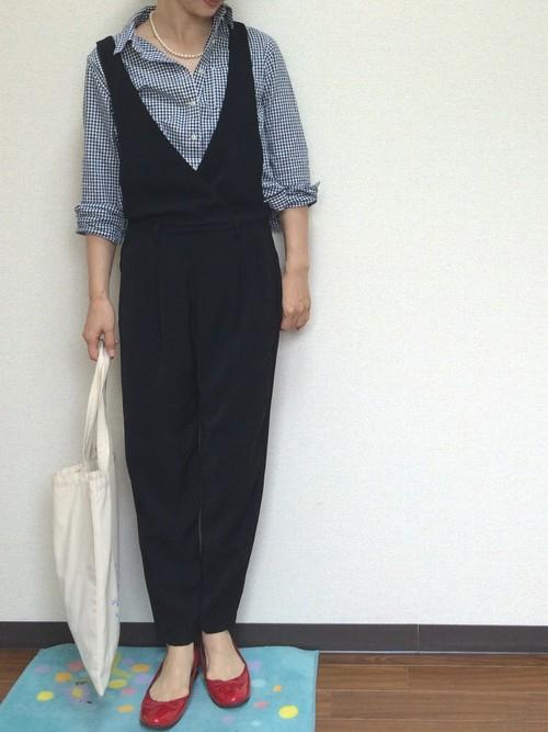 黒のサロペットはオシャレ見えと着やせ効果を叶える嬉しいアイテム。黒のギンガムチェックシャツと合わせて大人かわいいコーデが楽しめますね。