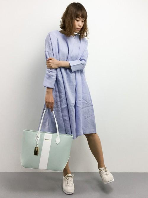 ラベンダー色のワンピースに、バッグもライトグリーンでパステルコーデ♪色合いが合っていて素敵ですね。
