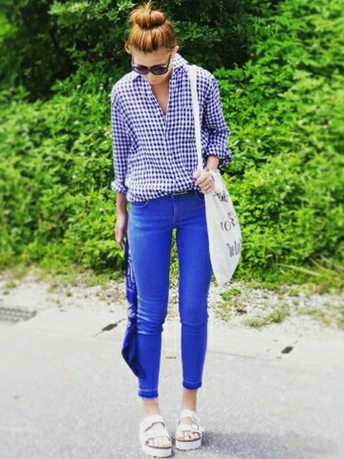 ギンガムチェックのシャツとパンツをブルー系にして、体を細く見せています。明るいブルーがさわやかです。