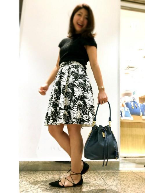 モノトーンのボタニカル柄のスカートに黒のトップスをあわせたモノトーンコーデです。ボタニカル柄のスカートを取り入れることによって、モノトーンコーデでも華やかで女性らしい仕上がりとなりますね。