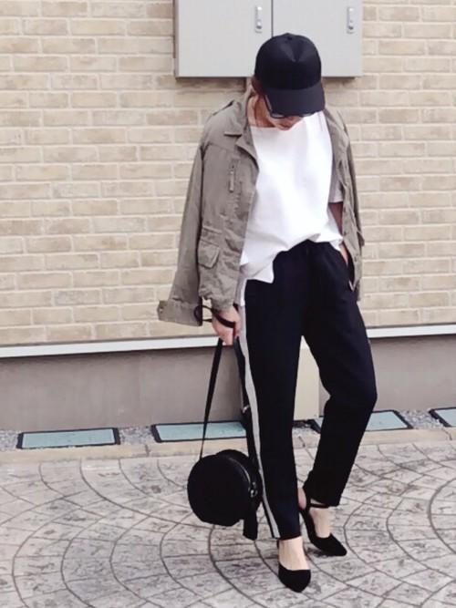 ミリタリージャケット×トレンドのサイドラインパンツでボーイッシュに。円形のショルダーバッグをプラスして、コーデの色合いにまとまり感がありますね。