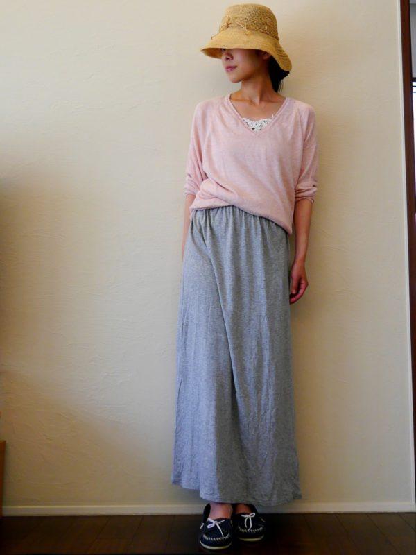 ブリムを下げて、ちょっと影のある女性を演出してみて。デコルテの開いたピンクのトップスがフェミニンですね。
