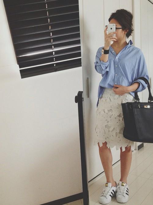 こちらもデニムシャツの着こなしですが、ホワイトレーススカートならさらに季節感UP。ブラックの大きめバッグがコーデの甘さをおさえてくれて、大人っぽさも上がります♪