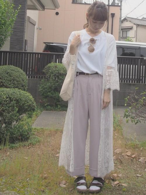 裾がふんわりと広がっているフェミニンなレースガウンとベビーピンクのワイドパンツで可愛らしい仕上がりとなりますね。サンダル×靴下でカジュアルさもプラス!白Tシャツのロゴもワンポイントとなっています。