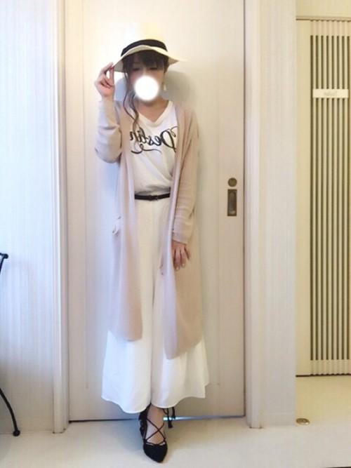 トップス・ガウチョともに白でそろえられた、爽やかなコーディネート。ロングカーデをベージュにすることで大人っぽくヌーディな印象に。