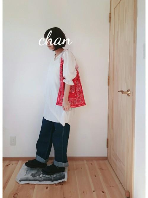 ぺインターパンツ×白のロングシャツにバンダナトートを肩掛けしてトリコロールなデニムコーデ。