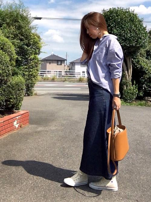 GUのロングデニムタイトスカートとのコーディネート。オーバーサイズシャツをスカートに合わせる場合は、ロング丈でタイトなシルエットのスカートがベストです。カラーも濃い目で細見えするものがスッキリとまとまります。