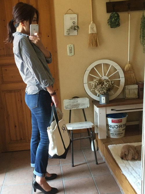 ブルーデニムにローヒールを合わせたキレイめカジュアルコーデ。ギンガムシャツは一枚で着てもかわいいですね。