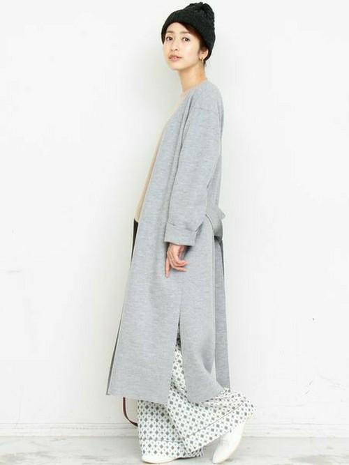 ロング丈のガウンコートは横のスリットがポイントに。柄のワイドパンツと合わせて締め付け感のないリラックススタイルに。
