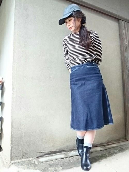 ◆デニムフレアスカート  Aラインを作るフレアのシルエットが魅力のデニムスカート。春夏コレクションではポケットのステッチが変化していて、カラーも豊富になっています。大人にうれしい膝下丈も人気の理由です。