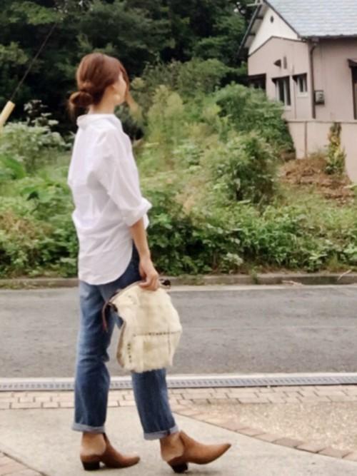 いつもの白シャツにリラックスボーイフレンドジーンズをはいたコーディネート。ヒップのゆるさをシャツのテールで隠せばスタイルアップ。スリッパタイプのブーティ風シューズと麻袋のようなバッグでで抜け感を。