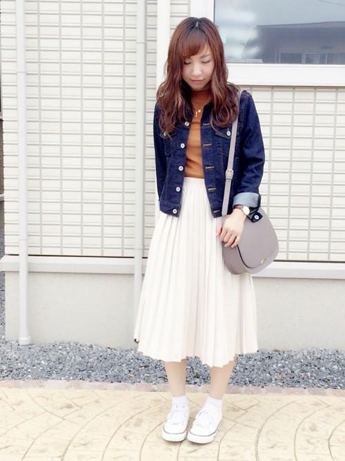 ◆オレンジ系×ホワイト  春スタイルの代表格・デニムジャケットのインナーにも最適なリブハイネックT。テラコッタカラーは秋に発売された色ですが、オレンジ系なので春にも使えます。白のプリーツスカートに合わせた爽やかなコーディネート。