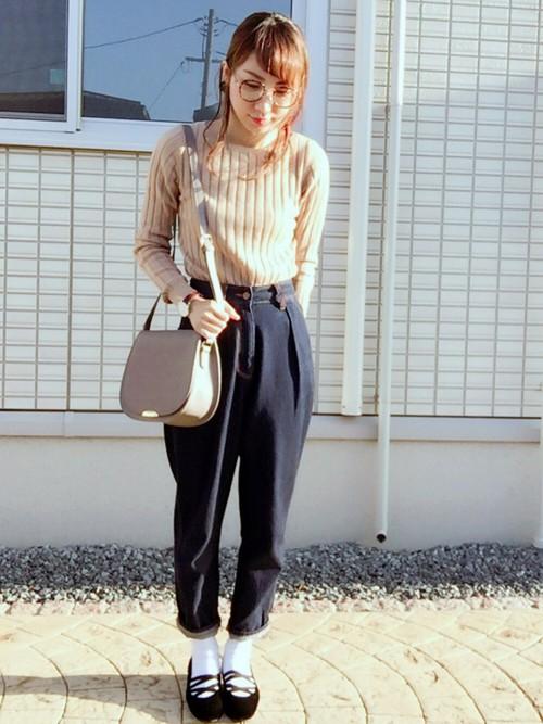 ◆ベージュ×ネイビー  やさしい色合いのベージュカラーは、大人の女性に最も似合う色。肌ざわりのいいコットンカシミヤのリブニットを1枚持っておくと着まわし力に驚くはず♪ボトムスはGUのハイウエストデニム。ハイウエストのボトムスのときは、トップスはインする方がスッキリ見えます。