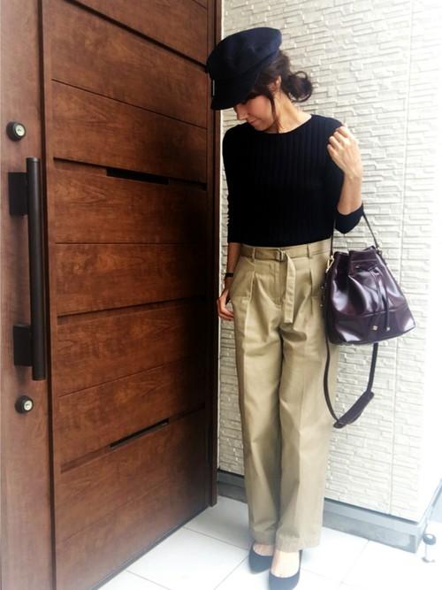 ◆ネイビー×ベージュ  大人気のベージュのワイドチノパンツとのコーディネート。リブニットの裾はすべてパンツにインして同素材のベルトでウエストマーク。今季はサッシュベルトにしても良さそう。パンプスをリブニットと同じネイビーカラーでリンクさせた基本のコーデ。