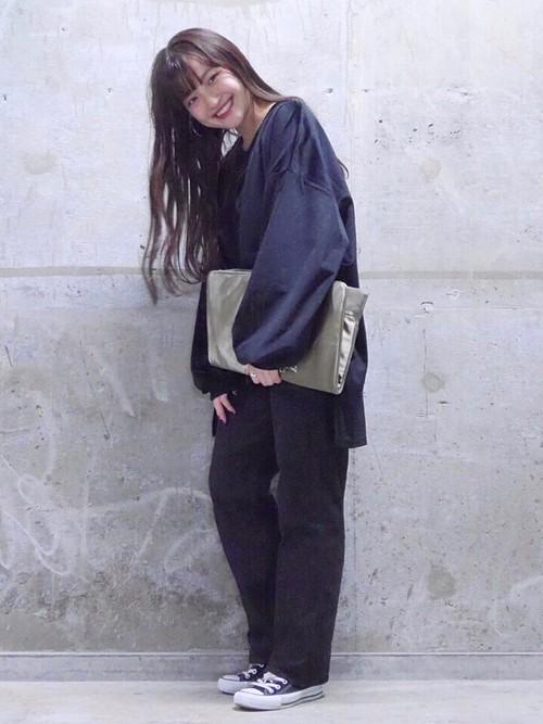 ドロップショルダーが華奢な印象を与えます。パンツもビッグシルエットでベロア素材のカジュアルスタイルが新鮮。