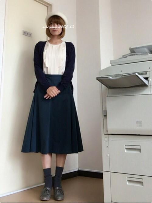 グリーンのスカートなら落ち着きのある清楚な印象に。ホワイトのブラウスやベレー帽で今の時期にぴったりな着こなしを作っています。カーデを羽織った大人レディコーデは決めすぎないのに、とってもおしゃれ♪