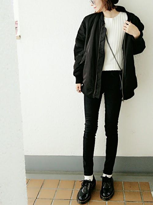 ◆ホワイト×ブラック  白のトップスは何色とも合わせやすいアイテムです。顔周りを明るくしてくれて、美人に見せてくれます。今季はトレンドのMA-1ジャケットのインナーにしてもステキ。ロックな雰囲気のブラックスキニーにおじ靴でマニッシュに。チェーンバックがアクセサリーの代わりに光るコーデ。