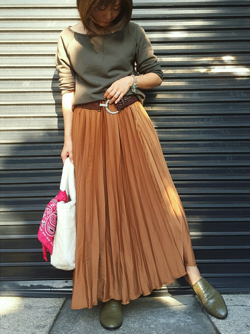 ◆GU プリーツスカート  クラシカルな雰囲気のGUのイエロー系プリーツスカート。マキシ丈であたたかく、どんなトップスにも合わせやすいスカートです。カーキと相性がいいので、トップスとブーティをカーキ色でまとめて。今季はベルトでウエストマークがトレンド♪