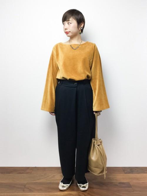 袖のフレア感が着物を思わせますね。ウエスト部分をパンツにインすることでメリハリがつき、すっきりとします。