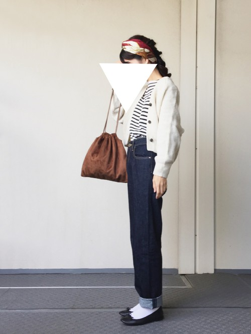 編み込んだヘアスタイルにカチューシャのように巻き付けたスタイル。スカーフを使ったヘアアレンジも大流行中です。ボーダーにデニムのスタイルに女性らしさをプラスして。