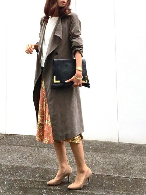 ベージュピンクの上品な花柄スカートなら通勤コーデも◎落ち感のあるトレンチとヌーディなハイヒールがデキる大人の女性を演出します。