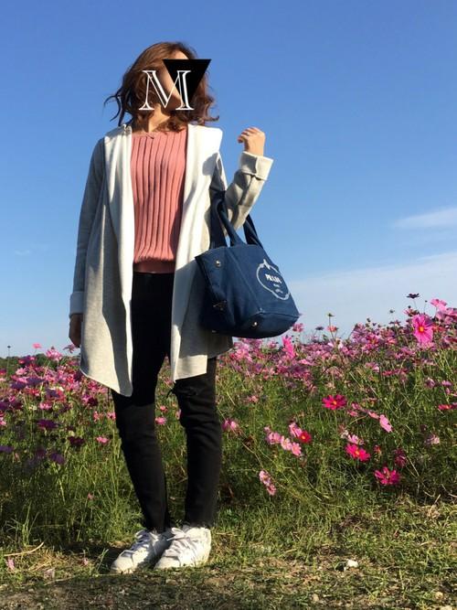◆ピンク×グレー  白×グレーのダブルフェイスのアウターをはおったコーディネート。ピンクとグレーもよく合うカラー。お花見のコーディネートにちょうどよさそう。このリブニットにはピンクが2色(クリアとダスティー)あるので、好きなタイプを選べるのがいいですね!