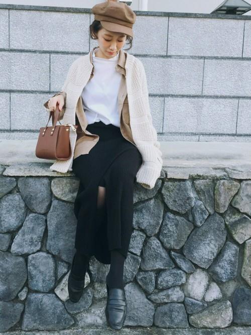 白のトップス×黒のリブスカートに、トーンの違うベージュのシャツとカーディガンを重ねてコーデに奥行きをプラス。