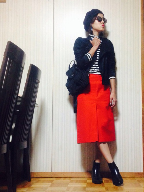ライダースジャケットのワイルドな雰囲気を、赤のタイトスカートでレデイライクに変身させて。